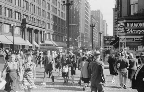 Photo-chicago-state-street-north-from-randolph-big-crowds-double-decker-buses-fields-on-left-1940