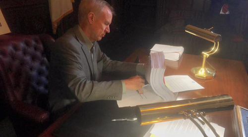 Gov.-Bruce-Rauner-at-desk-800x445