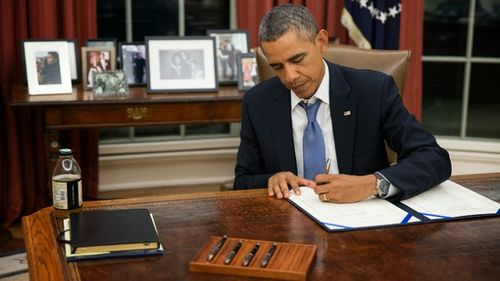 Obama-pen-and-phone