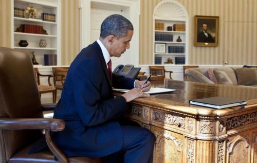 Barack_Obama_signs_Executive_Order