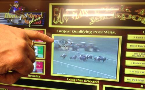 PHOTO--Horse-racing-machine